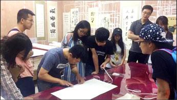 清华师生来正微交流学习传统手工装裱